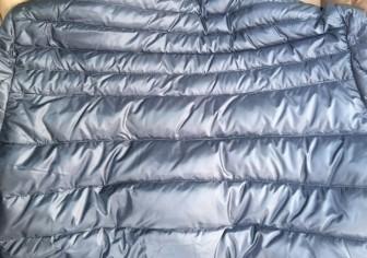 ダウンコートの背中の破れ修理(修理痕が残らない事例)
