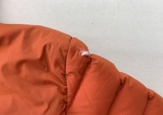 ダウンジャケット肩の切り傷